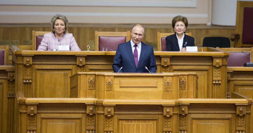 Президент России Владимир Путин приветствует участниц Второго евразийского женского форума